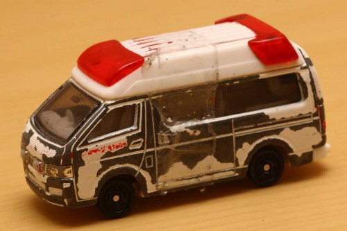 05-1_tomica_ambulance_s